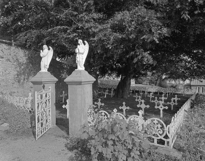 17. Presentation Sisters' Burial Ground, Dingle, 1993. Silver gelatin print.