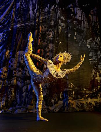 Laura Halzak in de Sueños, Paul Taylor Dance Company, photo Tom Caravaglia