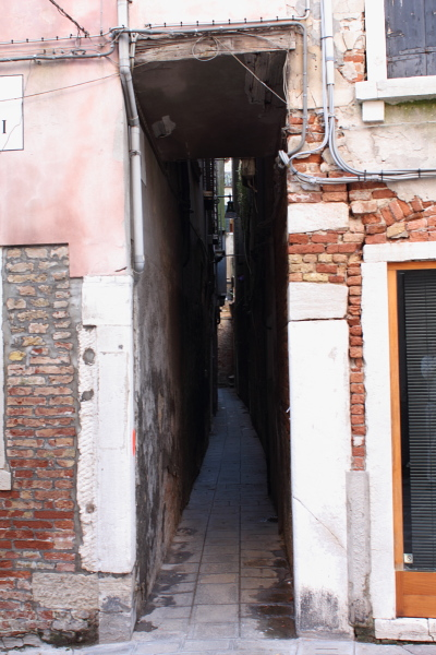 The disregarded Calle in which Colin Dribbles was wedged. Photo © 2010 Alan Miller.