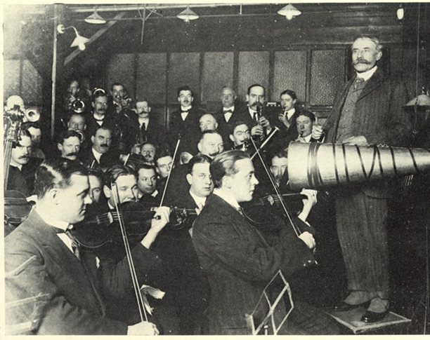 Elgar conducts an acoustic session.