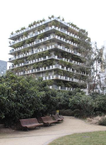 Flower Tower (2004), ZAC Porte d'Asnières, Paris, Edouard François, architecte. Notez le eucalyptus dans le parc devant! Photo © 2012 Alan Miller.