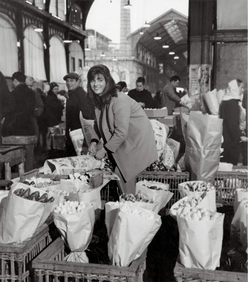 La marchande de fleurs, 1968. © Atelier Robert Doisneau.