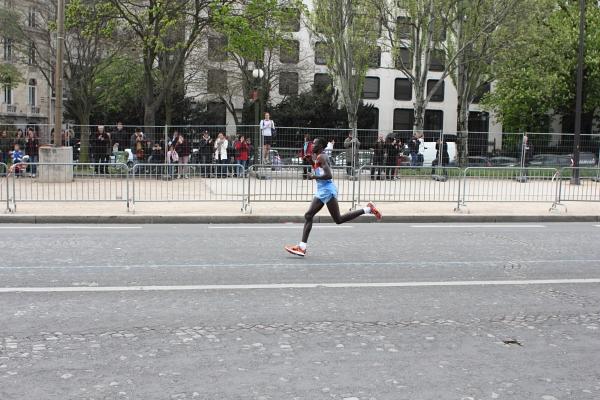 Stanley Biwott (Kenya) remportant le marathon de Paris 2012 dans l'avenue Foch en 2h05'12. Photo © 2012 Alan Miller.