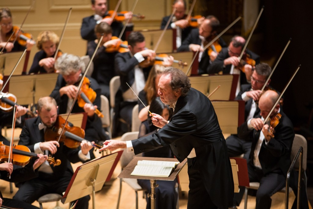 Riccardo Chailly conducts the Leipzig Gewandhaus Orchestra in Symphony Hall. Photo Robert Torres.