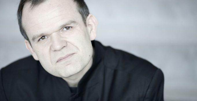Conductor François-Xavier Roth. Photo Marco Borggreve.